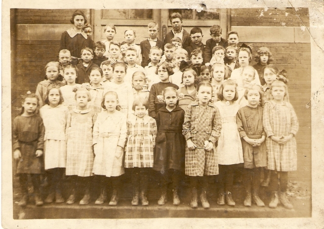 A Winslow Grade School class.  Ruby Williams Kemp is the teacher on the left.